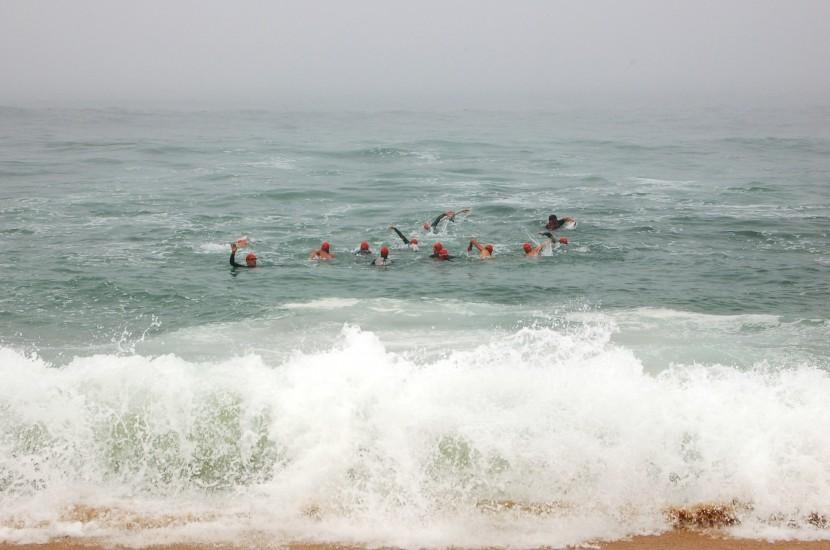 Domingo de nevoeiro em Santa Cruz mas cheio de desportos de ondas