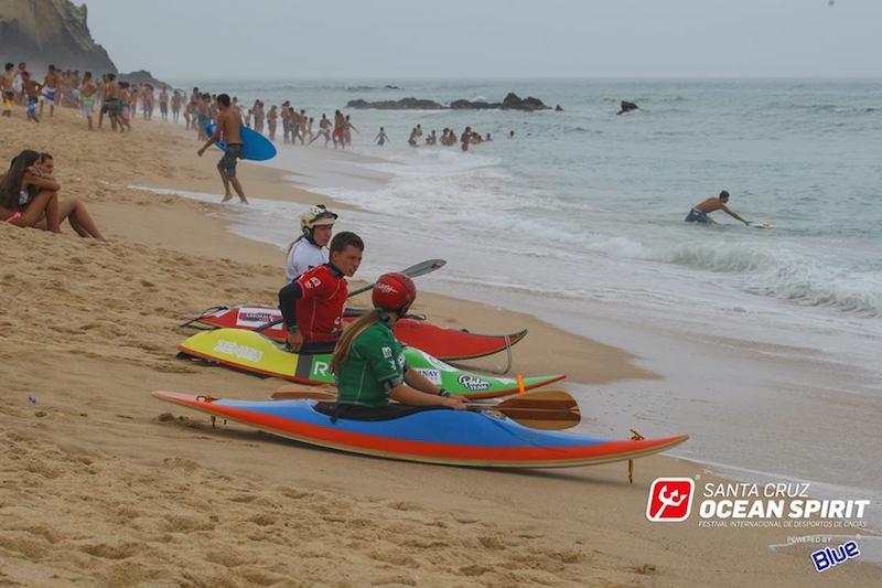 Europeu de Kayaksurf na água durante a tarde