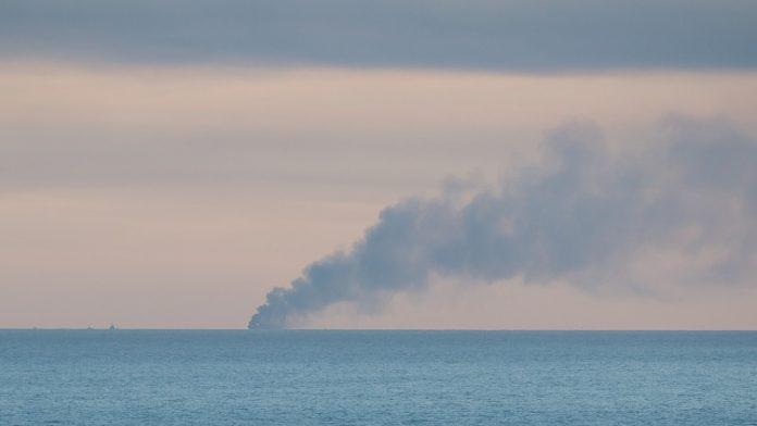 Tripulação combate fogo a bordo de barco a 15 milhas da Nazaré