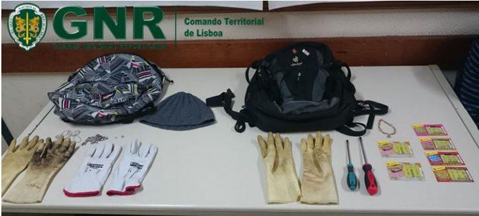 Dois indivíduos detidos por furto numa residência em Santa Cruz