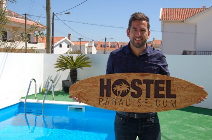 David dos Santos abre as portas do Hostel Paradise, na Areia Branca: