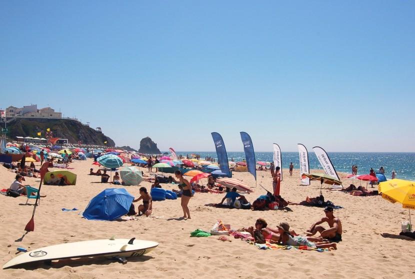 Calor, poucas ondas e muitas toalhas estendidas no areal de Santa Cruz