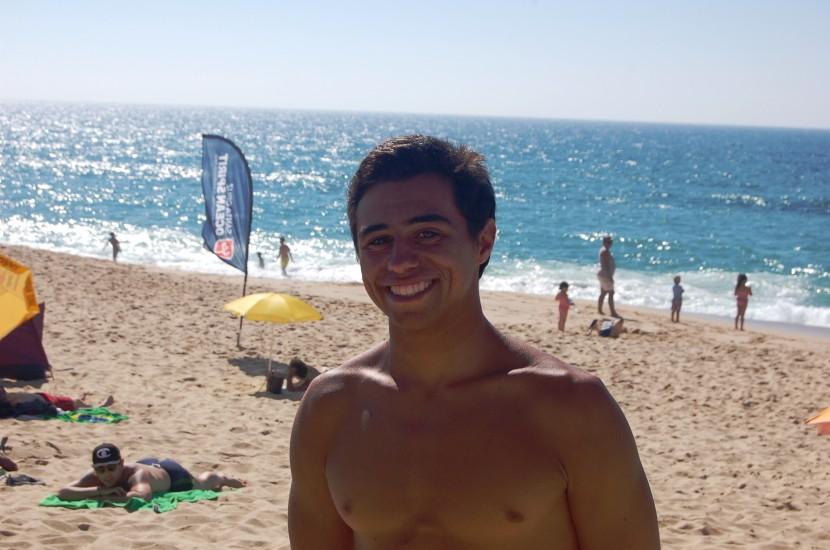 "Tiago Santos no Santa Cruz Pro. O surf puxa por ele ""como a gravidade da terra"""