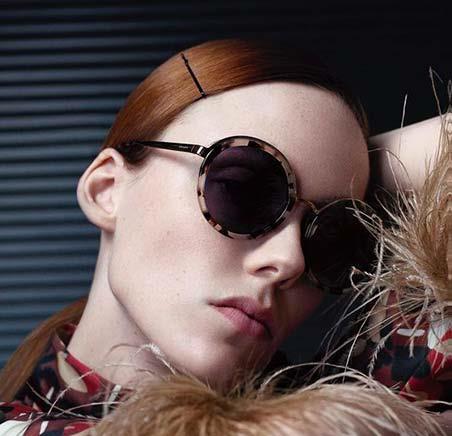 f18eefa4dcfa6 PRADA é uma das marcas mais tradicionais da moda começou em Milão, Itália.  Desde 1913 está a criar a moda em todo o mundo. Os óculos são mais um  produto que ...