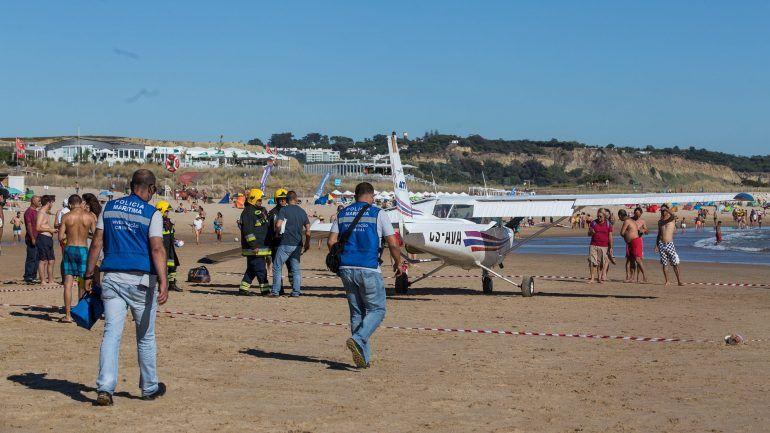 Avioneta aterra de emergencia na Caparica