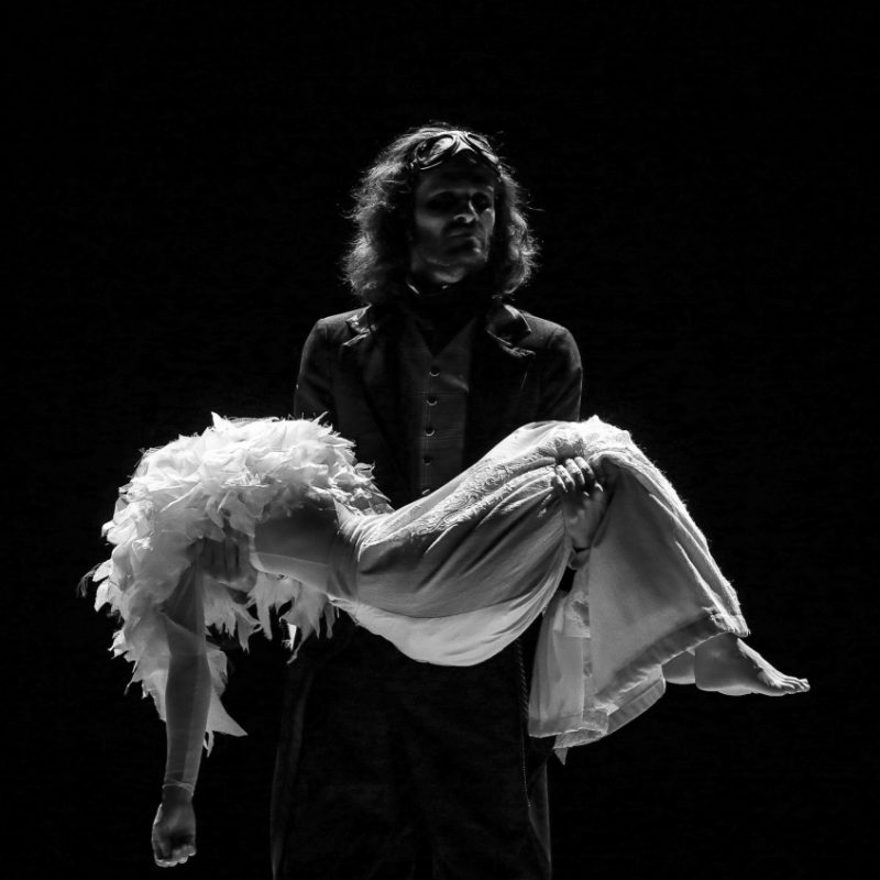 """Ópera de câmara baseada em poema de Allan Poe vai ser apresentada no Teatro-Cine de Torres Vedras """"O Corvo de Edgar Allan Poe"""" vai passar pelo palco do Teatro-Cine de Torres Vedras no próximo dia 2 de fevereiro, pelas 21h30. De referir que através de uma notável arquitetura poética, que se assemelha a uma composição musical, Edgar Allan Poe criou um universo sombrio, onde um homem enfrenta a perda, o medo, a solidão e o vazio. O carácter dramático e intrinsecamente musical do poema """"The Raven"""", construído a partir de um raciocínio profundamente matemático e traduzido de forma exemplar por Fernando Pessoa, serviu de inspiração e base estrutural para a composição desta ópera de câmara, que explora a forte dimensão visual e sonora de um dos mais extraordinários textos de Allan Poe. O preço dos bilhetes para se assistir a este espetáculo no Teatro-Cine de Torres Vedras é de 5 euros. Ficha Técnica Música: Luís Soldado Texto: Edgar Allan Poe Tradução: Fernando Pessoa Encenação: Alexandre Lyra Leite Direção Musical: Rui Pinheiro Barítono: Rui Baeta Bailarina: Yara Cleo / Sara Cheu Acordeão: António Correia Clarinete: Ruben Jacinto Violoncelo: Tiago Vila Eletrónica em tempo-real: José Grossinho Conceção visual: Alexandre Lyra Leite e Rita Leite Figurinos: Rita Alvares Pereira Design gráfico e Ilustrações: Rita Leite Montagem e Assistência técnica: Fernando Tavares, Jorge L. Santos, Paulo Antunes Produção executiva: Rita Leite Produção: INESTÉTICA COMPANHIA TEATRAL Crédito Fotográfico: © Badio Magazine Projeto financiado por: República Portuguesa - Ministério da Cultura / Direção-Geral das ArtesFundação GDA e Câmara Municipal de Vila Franca de Xira"""