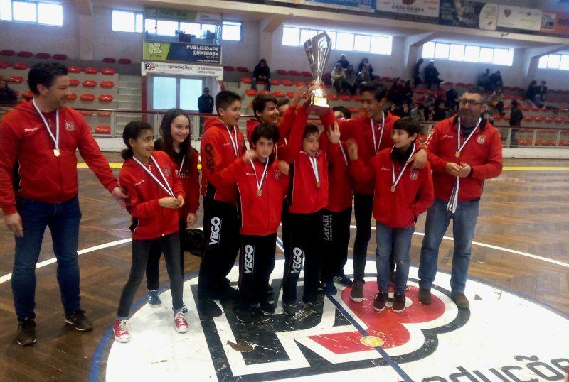 Campeões Regionais - Sub 13 da Física receberam a taça