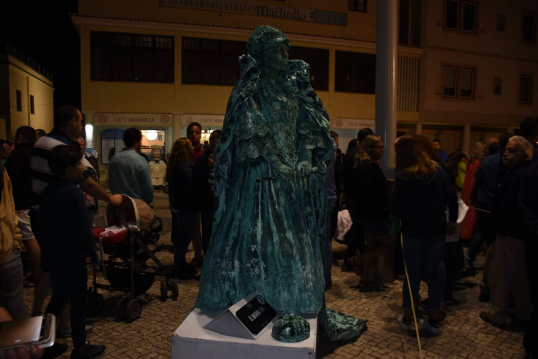 """Estátua """"o beijo"""" vence concurso Static em Santa Cruz"""