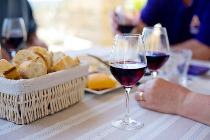 Vinhos e petiscos no Largo de São Pedro a 1 de setembro