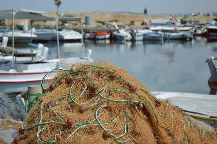 Embarcação de pesca esteve em dificuldades em Santa Cruz