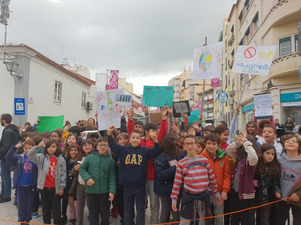 Várias crianças manifestaram-se em defesa do ambiente