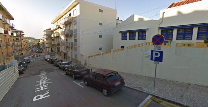 Renovação da rede de abastecimento de água impede estacionamento em mais uma via