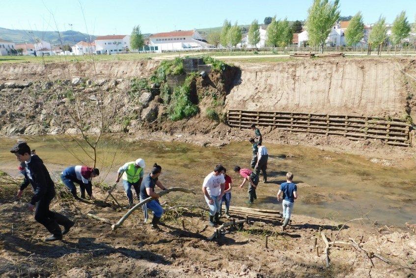 Alunos da Escola Agrícola de Runa participam em ação de reabilitação do Rio Sizandro