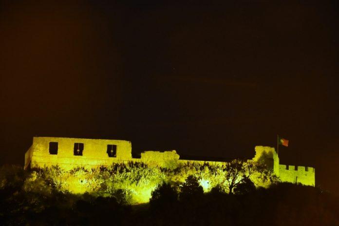 Castelo de Torres Vedras esteve iluminado de verde para celebrar o Dia de São Patrício