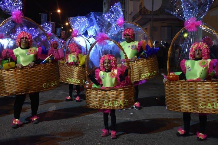 Folia à portuguesa no primeiro corso noturno do Carnaval de Torres Vedras