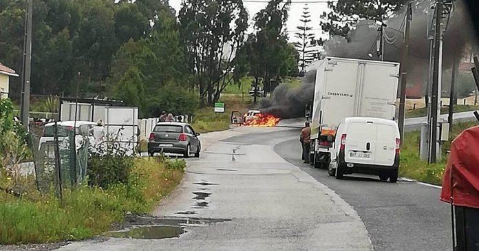Carro foi consumido pelas chamas em Vale da Azenha