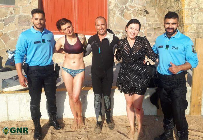 Duas jovens russas resgatadas da Praia Formosa, em Santa Cruz