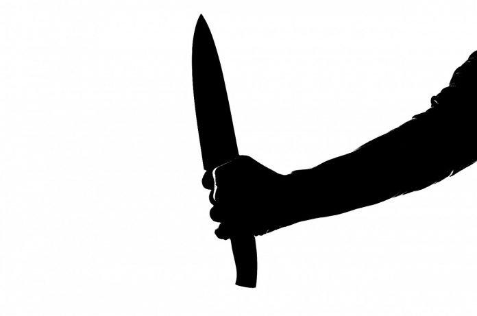Homem detido por agredir e ameaçar uma mulher com faca