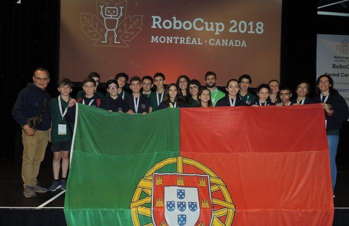 Jovens de Torres Vedras desenvolvem robô que ensina língua gestual