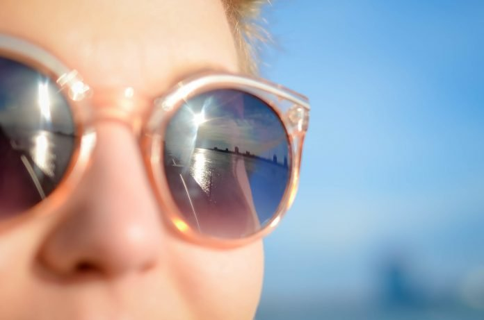 Exposição solar aumenta risco de desenvolver problemas oculares