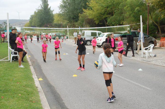 Trânsito parou na Rua António Leal de Ascensão para a dar lugar à atividade física e desportiva