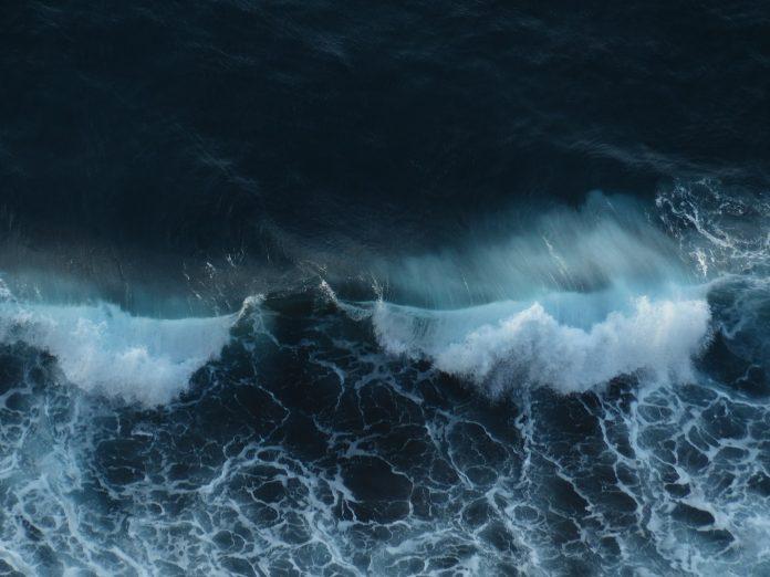 Prova do circuito mundial de surf em Peniche cumpre dia de espera