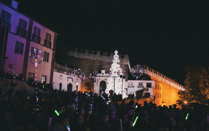 Marionetas gigantes acendem mais de 80 mil luzes de led natalícias em Óbidos