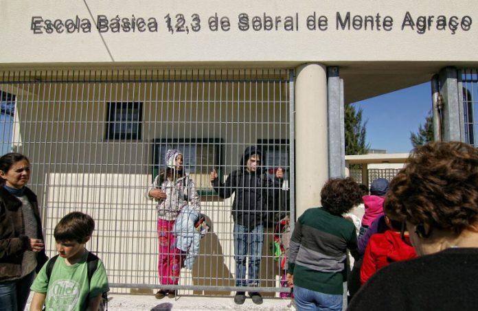 Pais em vigília contra falta de auxiliares em escola de Sobral de Monte Agraço