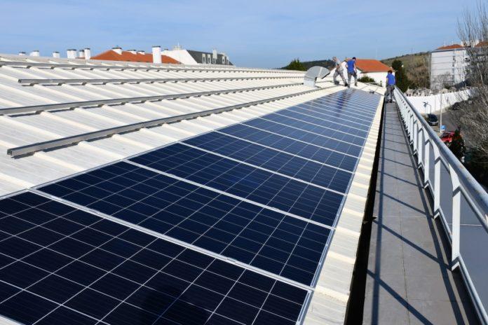 TORRES VEDRAS: Município instala centena e meia de painéis fotovoltaicos no seu edifício