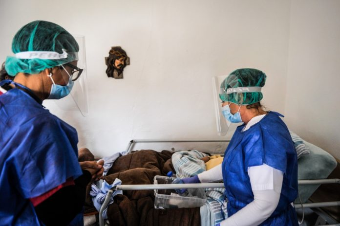 Covid-19: Equipa de intervenção comunitária leva cuidados e afetos a casa dos doentes