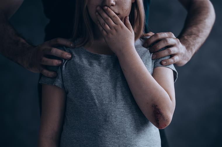 Padrasto detido por abusos sexuais a criança e violência doméstica em Óbidos