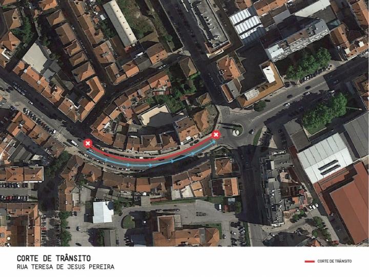 Condicionamento de trânsito no acesso à Rua Teresa de Jesus Pereira