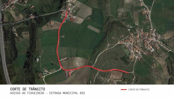 Corte de trânsito no acesso à localidade de Figueiredo