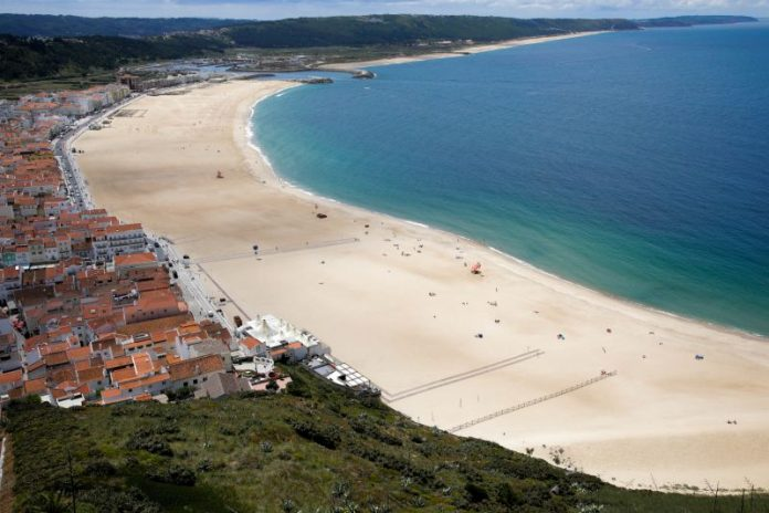 Covid-19: Praia da Nazaré interditada com barreiras para impedir passagem de público